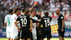 Schiedsrichter Sören Storks zeigte dem Frankfurter Jetro Willems die Rote Karte