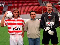 Helgi Kolviðsson (mit Ball), Wolfgang Frank, Herbert Ilsanker (1998) mit sicherlich gepflegtem Schuhwerk