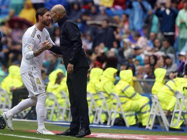 Ramos saluda a Zidane tras ser sustituido.