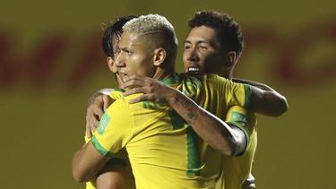 Fußball: WM-Qualifikation, Brasilien - Venezuela. Brasiliens Roberto Firmino (r.) jubelt mit seinen Mannschaftskollegen über sein Tor