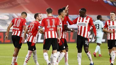 Mario Götze (2. v. l.) und Bayern-Leihgabe Adrian Fein (Nr. 11) siegten mit PSV Eindhoven