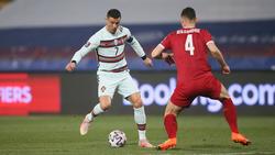 Cristian Ronaldo (l.) im Länderspiel Portugals gegen Serbien