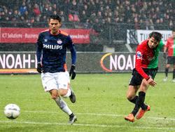 Joey Sleegers (r.) is door zijn NEC-medespelers in stelling gebracht om op het doel te schieten. Héctor Moreno (l.) van PSV kan alleen maar toekijken. (14-02-2016)