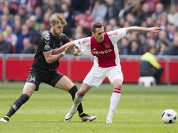 Timo Letschert (l.) begaat een overtreding op Arkadiusz Milik tijdens Ajax - FC Utrecht. (17-04-2016)