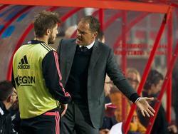 Lasse Schøne (l.) krijgt de laatste instructies van Frank de Boer (r.) tijdens FC Twente - Ajax. (19-10-2013)