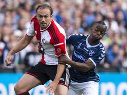 Issa Kallon (r.) gaat een fysiek duel aan met Joris Mathijsen, die zijn strepen al heeft verdiend in het voetbal. (24-08-2014)