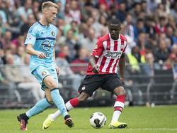 Terwijl Nicolas Isimat-Mirin (r.) hem onder druk zet, passt Nicolai Jørgensen (l.) de banaar voren tijdens de topper tussen PSV en Feyenoord. (18-09-2016)