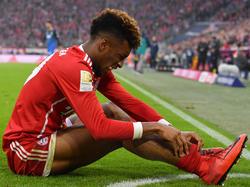 Kingsley Coman se duele de su tobillo sobre la hierba. (Foto: Getty)
