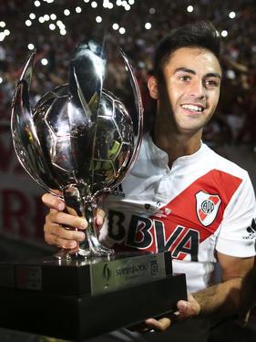 Gonzalo 'Pity' Martínez posa con la Supercopa argentina. (Foto: Getty)