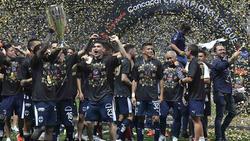 Los jugadores de Monterrey celebran el título levantando la copa. (Foto: Getty)