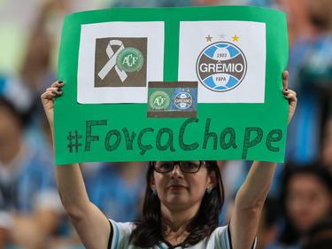 Una aficionada muestra un cartel de apoyo al conjunto de Chapecó. (Foto: Getty)