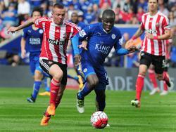 Jordy Clasie (l.) vecht een duel uit met N'Golo Kanté (r.) tijdens het competitieduel Leicester City - Southampton (03-04-2016).