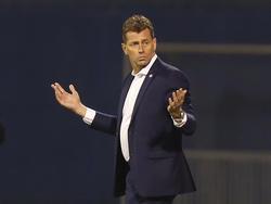 Griechenlands Nationaltrainer Michael Skibbe muss mit seiner Mannschaft die Kroaten mit 3:0 besiegen