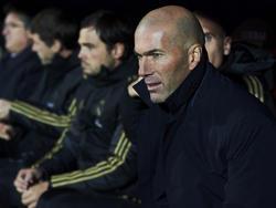 Zidane en el banquillo de Ipurua.