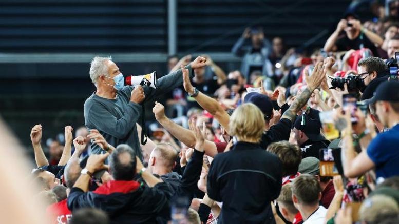 Christian Streich suche die Nähe der Fans des SC Freiburg