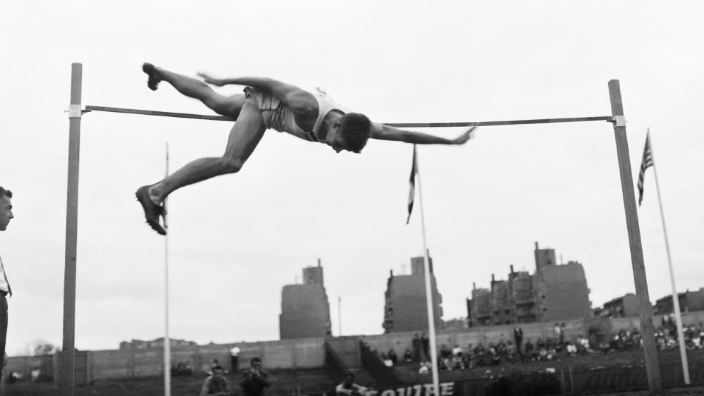George Horine springt als erster Mensch über zwei Meter