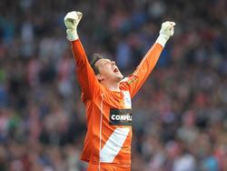 Diederik Boer is in hogere sferen nadat hij met PEC Zwolle de bekerfinale heeft gewonnen ten koste van Ajax. (20-4-2014)