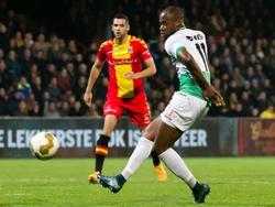 Alvin Daniels (r.) van FC Dordrecht schiet op goal, terwijl Go Ahead Eagles-verdediger Sven Nieuwpoort op de achtergrond toekijkt. (06-11-2015)