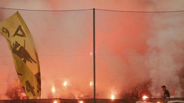 AEK-Fans zünden Pyrotechnik auf der Tribüne