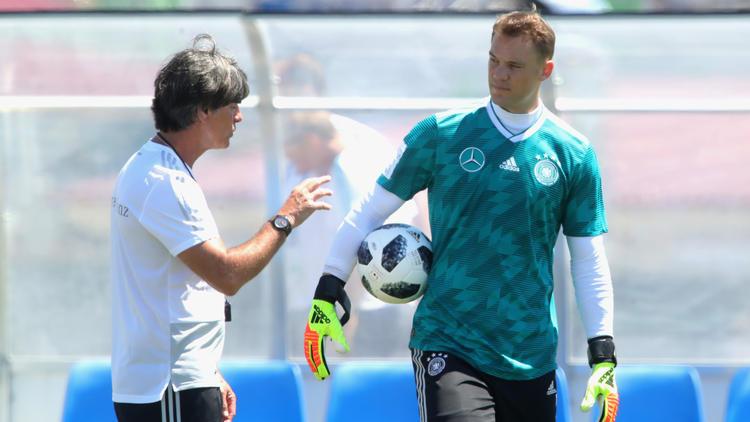 Vertraut bis zur EM 2020 weiter auf Manuel Neuer (r.): Bundestrainer Joachim Löw
