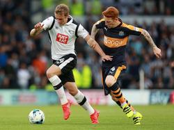 James Wilson (l.) probeert Jack Colback (r.) van zich af te schudden tijdens het competitieduel Derby County - Newcastle United (10-09-2016).