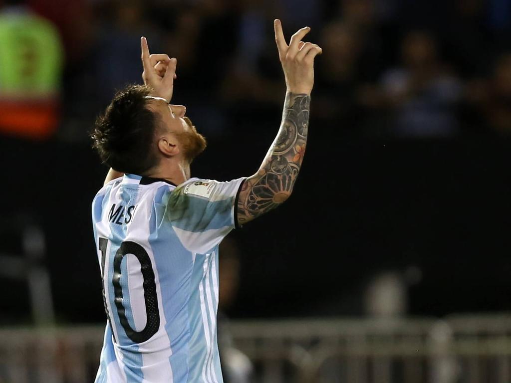 Lionel Messi dankt hogere machten voor zijn treffer tegen Chili. (24-03-2017)
