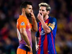 Messi (dcha.) y Agüero (izq.) conversan en un Barça-City del año pasado. (Foto: Getty)