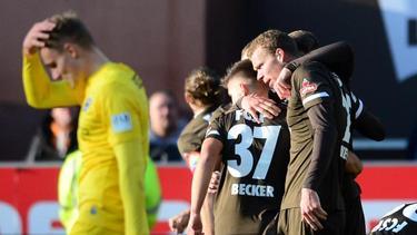 Die Spieler des FC St. Pauli feiern den Sieg gegen Arminia Bielefeld