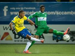 Kingsley Ehizibue (r.) probeert een voorzet van Furdjel Narsingh (l.) te blokken tijdens het competitieduel SC Cambuur - PEC Zwolle. (27-02-2016)