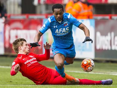 Hidde ter Avest (l.) begaat een overtreding op Levi García tijdens het competitieduel FC Twente - AZ Alkmaar. (20-03-2016)