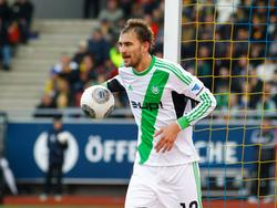 Bas Dost haalt de bal uit het doel tijdens Eintracht Braunschweig - VfL Wolfsburg. (15-3-2014)