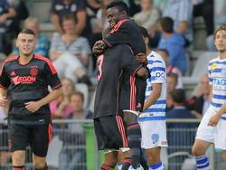Ajax-testspeler Moses Simon wordt opgetild om zijn doelpunt voor Ajax in het oefenduel met De Graafschap te vieren. (13-07-2013)