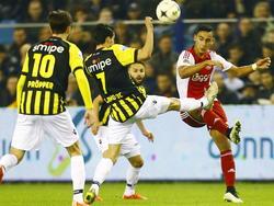 Marko Vejinović (m.) en Davy Pröpper (l.) zetten Anwar El Ghazi (r.) onder druk tijdens de wedstrijd tussen Vitesse en Ajax. (01-02-2015)