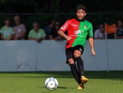 Marco Ospitalieri mag in een periode van drie weken proberen een contract af te dwingen bij NEC. De transfervrije middenvelder annex verdediger speelt hier mee in een oefenwedstrijd van de Nijmegenaren tegen van de amateurtak van NEC. (11-07-2015)