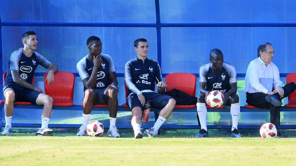 Griezmann entspannt auf der Bank der Franzosen