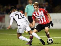 Nikolai Laursen (r.) zoekt een weg langs Stefano Lilipaly (l.) tijdens het competitieduel SC Telstar - Jong PSV (28-10-2016).