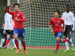 Jubel bei Woo-Yeong Jeong (l.) nach seinem Treffer gegen die deutsche U15
