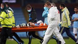 Eric García von Manchester City wird mit Halskrause und Sauerstoffmaske vom Feld getragen