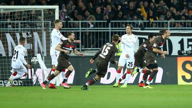 Alex Meier (r.) traf in seinem ersten Heimspiel für St. Pauli doppelt