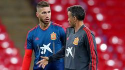 Luis Enrique conversa con Ramos en un entrenamiento.