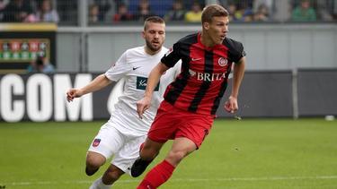 Der Wiesbadener Jakov Medic (r.) behauptet den Ball gegen Robert Leipertz