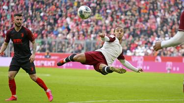 Thiago dispara en posición acrobática.