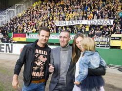 Fans van Roda JC betuigen hun steun ALS-patiënt Fernando Ricksen (oud-speler Fortuna Sittard). Zijn beste vriend, vrouw en dochtertje flankeren Ricksen. Voetbal.com Foto van de Week.