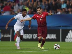 Bernardo Silva (r.) is niet onder de indruk van Nathaniel Chalobah, die tijdens Jong Engeland - Jong Portugal op het Europees Kampioenschap voor spelers onder de 21 jaar de bal probeert af te pakken. (18-06-2015)