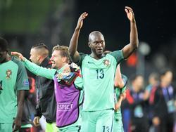 Danilo (#13) bedankt na afloop van het EK-duel Kroatië - Portugal het publiek (25-06-2016).
