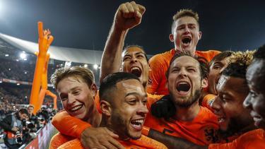 Los holandeses celebran con efusividad el segundo tanto. (Foto: Getty)
