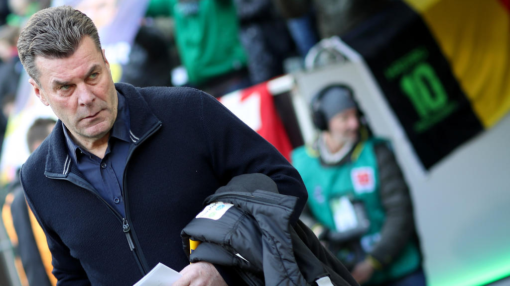 Gladbachs Trainer Dieter Hecking muss die Niederlage gegen Wolfsburg erst einmal verarbeiten.