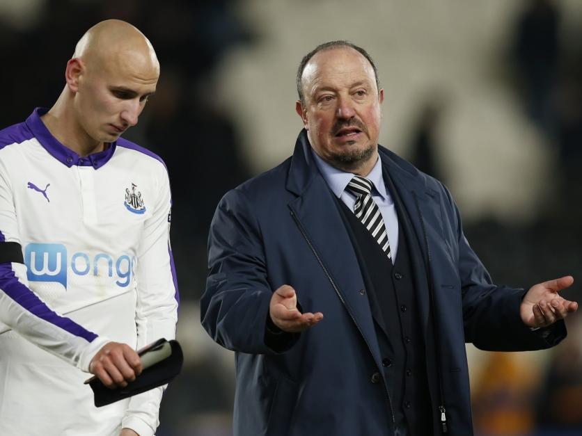 Jonjo Shelvey in gesprek met Newcastle United-trainer Rafael Benítez. (29-11-2016)
