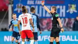 Schiedsrichter Tobias Stieler zeigt Mönchengladbachs Alassane Pléa (M.) die Gelb-Rote Karte