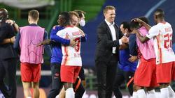 Julian Nagelsmann (M.) will mit RB Leipzig ins Finale